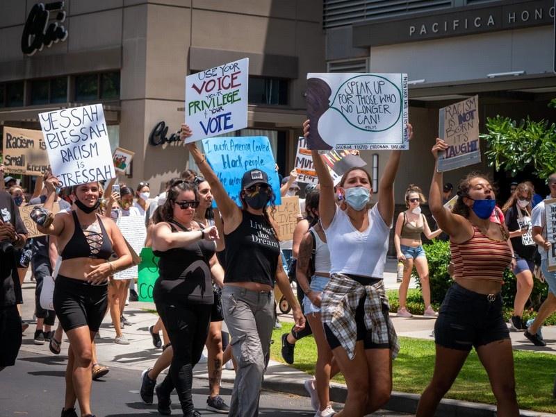 Двадцать тысяч представителей движения BLM (Black Lives Matter) прошли 6 июня маршем через центр столицы штата от Ala Moana Beach Park до местного капитолия.