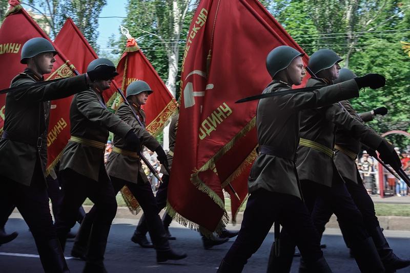 Вслед за знаменем Победы и знаменем Донецкой Народной Республики, шествие открывали штандарты Южного и Юго-Западного фронтов.