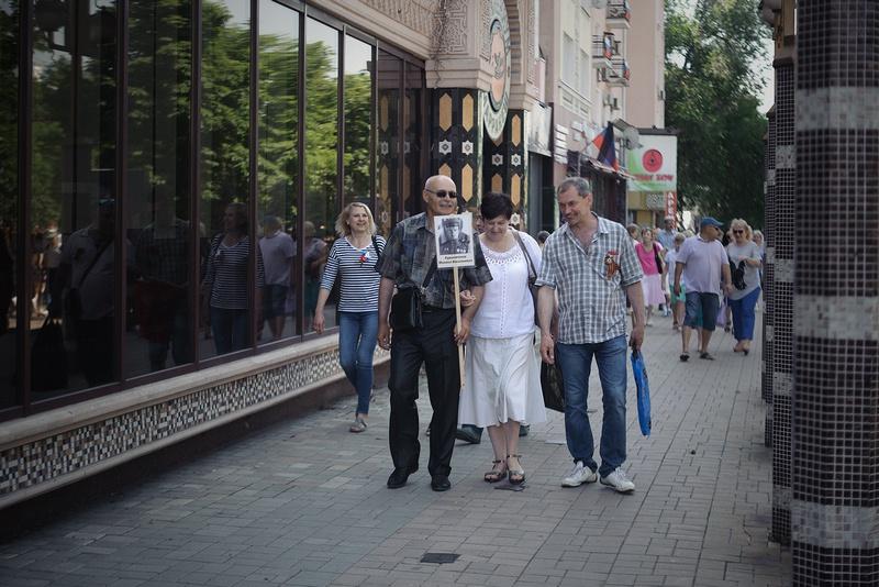 Многие зрители пришли с портретными снимками своих родственников, участвовавших в Великой Отечественной войне.
