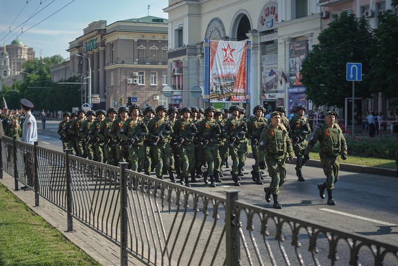 В военном параде приняли участие свыше 2,5 тыс. военнослужащих Народной милиции ДНР.