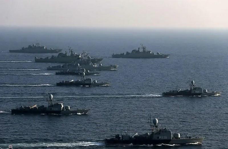 Корабли и катера иранского флота в Ормузском проливе.