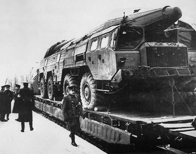 Советские ракетные установки ОТР-22 «Темп-С»отправляют из ГДР на родину.