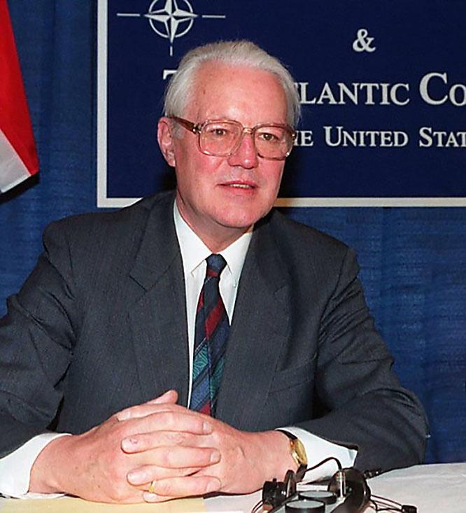 Министр обороны ФРГ Г. Штольтенберг поддержал предложение Рейгана не роспускать НАТО.