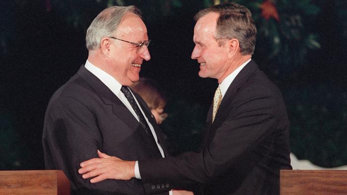Федеральный канцлер ФРГ Г. Коль и президент США Дж. Буш всё верно просчитали, но ошиблись в одном - Горбачёв сдал свою страну раньше.