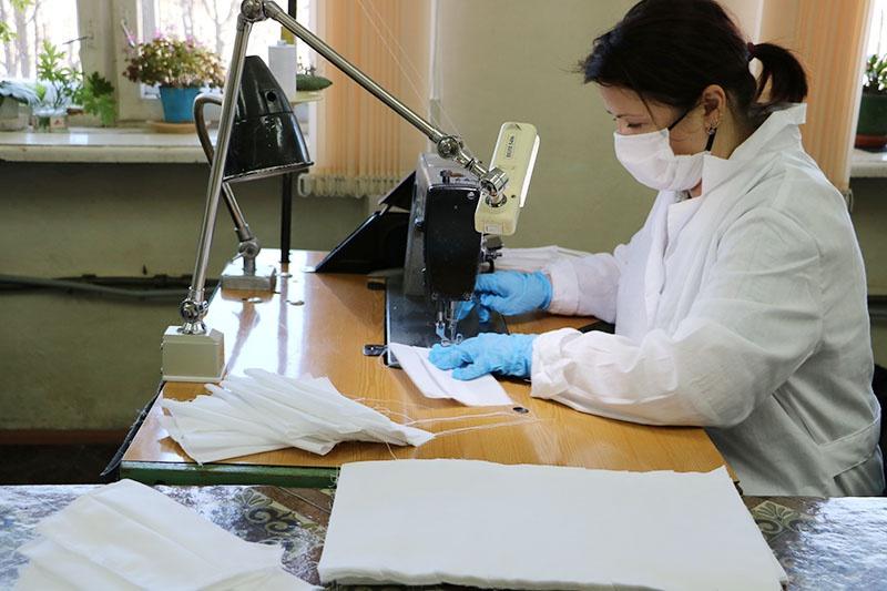 На изготовление средств индивидуальной защиты перепрофилировали швейный цех ростеховского Научно-производственного объединения «СПЛАВ» имени А.Н. Ганичева.