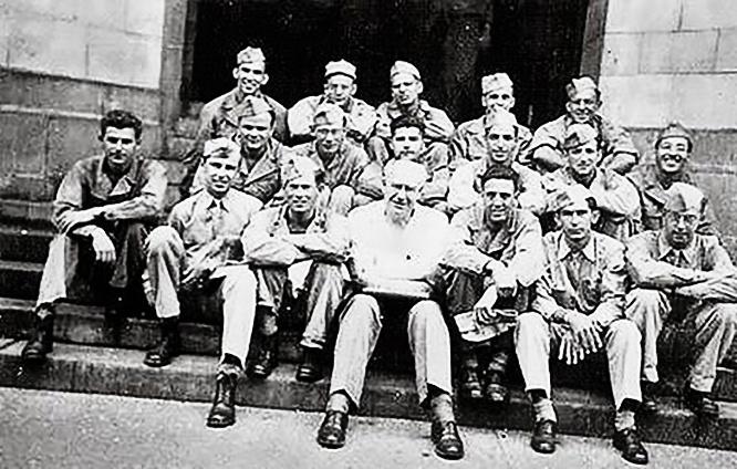 Жорж Коваль крайний справа во втором ряду среди слушателей спецкурса.
