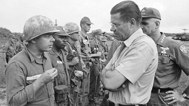 Министр обороны США Роберт Макнамара с новобранцами по программе «Проект 100 000».