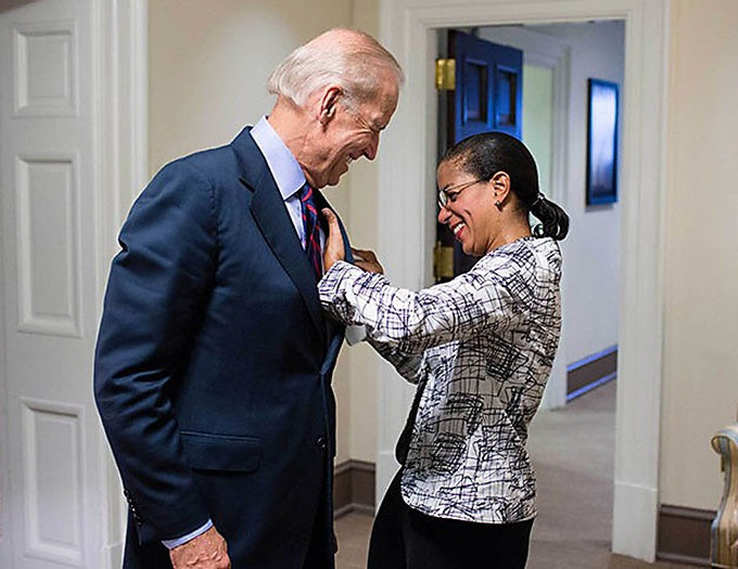 Среди основных претендентов в вице-президенты от демократов называется 55-летняя темнокожая Сьюзан Райс.