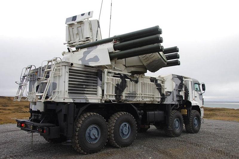 Расчёты зенитных ракетно-пушечных комплексов «Панцирь-С1» отстрелялись по мишеням на арктическом острове Котельный.