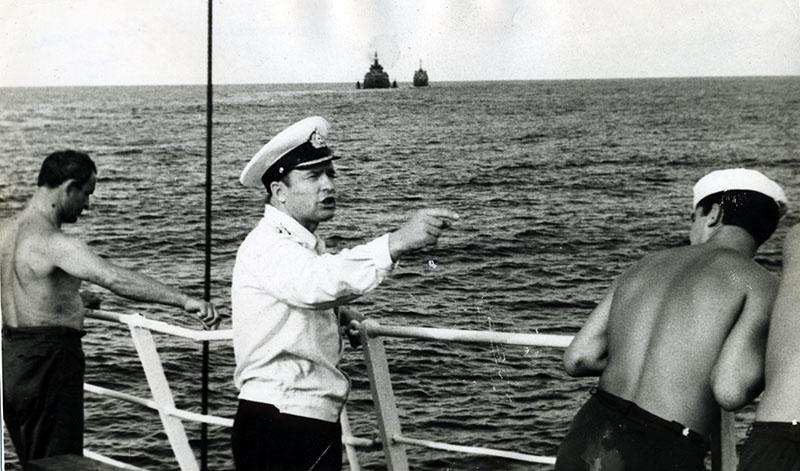 Капитан 1 ранга Иван Бочарин руководит действиями корабельной команды.