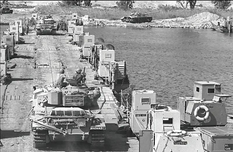 Израильские танки переправляются через Суэцкий канал.