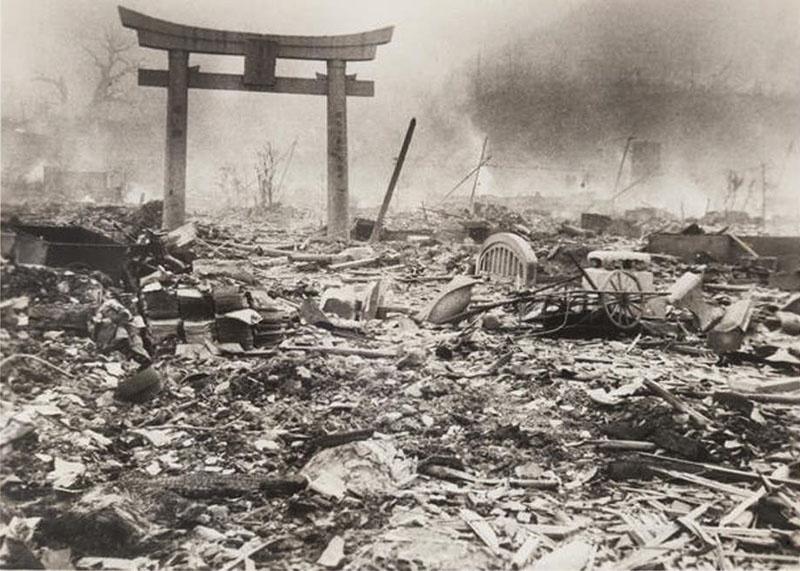 В Нагасаки погибли 74 тысячи человек, а через пять лет этот скорбный список увеличился до 140 тысяч.