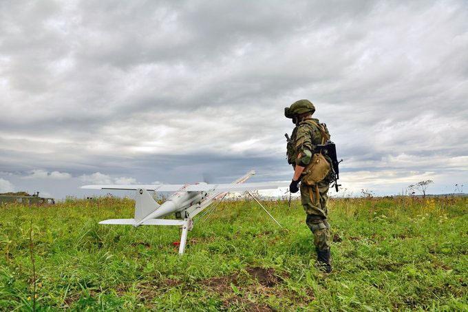 Подготовка к вылету БПЛА «Орлан-10» для наведения артиллерии.