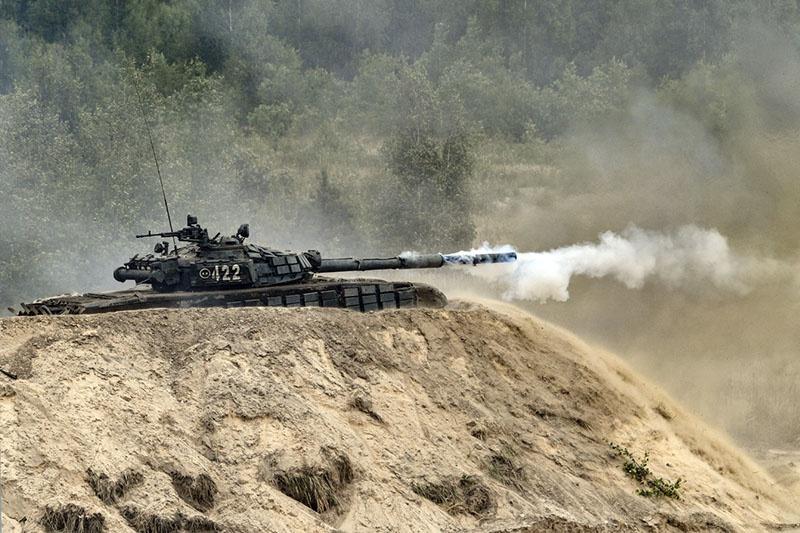 Экипажи танков Т-72Б3 дислоцированной в Ленинградской области общевойсковой армии отработали ведение стрельбы из засад в дневное и ночное время.