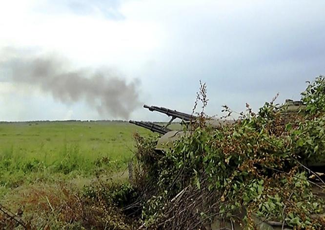 Огонь по обнаруженным дронам ведёт расчёт из зенитно-самоходной установки «Шилка».