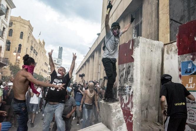 Протестующие вышли на антиправительственный митинг с требованиями отставки правительства.
