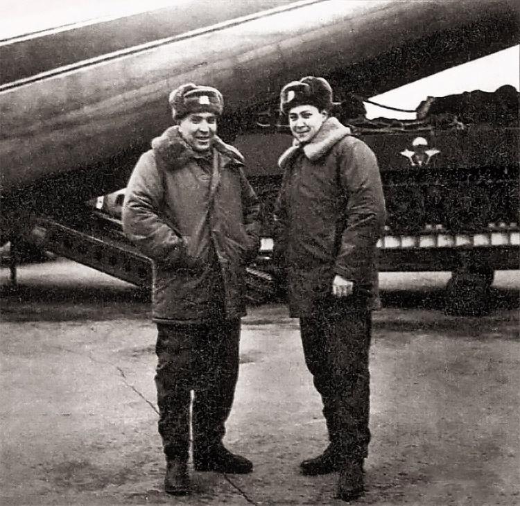 Командир экипажа гвардии подполковник А.Г. Зуев и наводчик-оператор лейтенант А.В. Маргелов.
