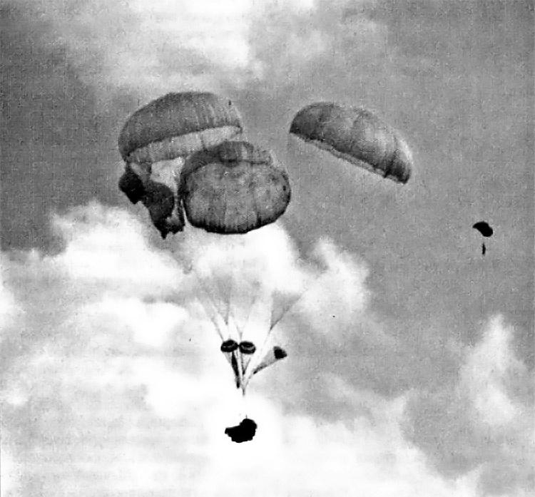 Сброс БМД на многокупольных парашютных системах.