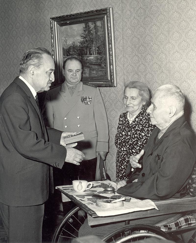 Анастас Микоян (слева) вручает орден Стефану Мрочковскому. Второй слева - начальник ГРУ генерал-полковник Пётр Ивашутин.