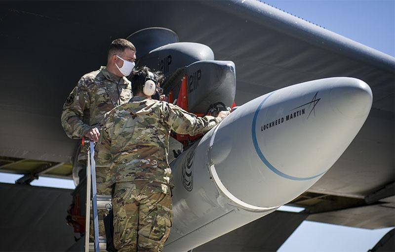 Подготовка прототипа ракеты к испытанию на базе ВВС США.