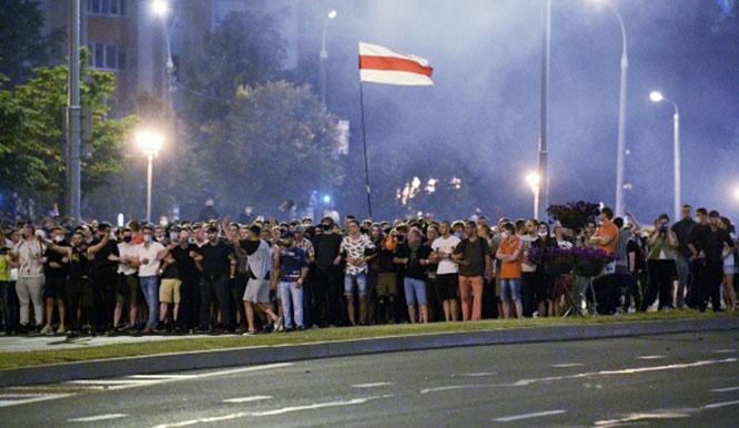 Участники акции протеста на одной из улиц Минска.