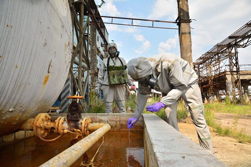 Военные химики в зоне заражения токсичными отходами.