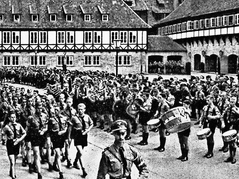 Членство в «Гитлерюгенд» было обязательным для детей и юношей с 10 до 18 лет.