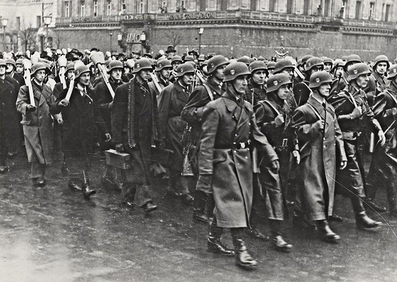 Гитлер указом от 25 сентября 1944 года создаёт народное ополчение фольксштурм на основе тотальной мобилизации мужчин от 16 до 60 лет.
