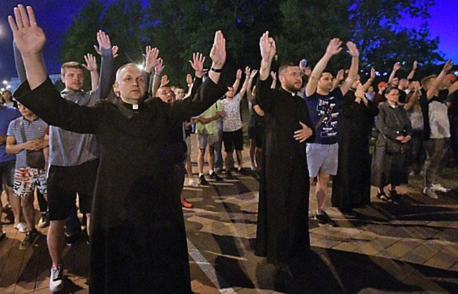 Католические священники в первых рядах протестующих в Минске.
