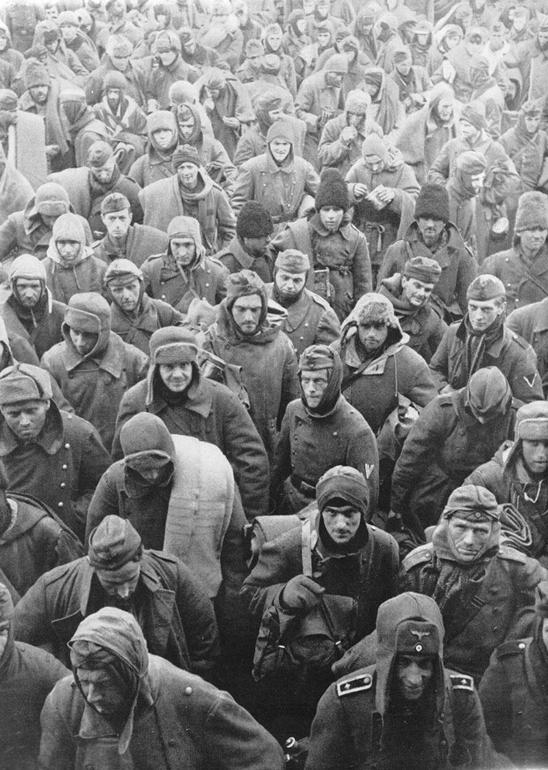 Колонна пленных немцев, румын и итальянцев в Сталинграде.