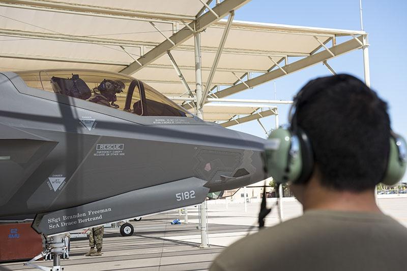 Норвежский пилот готовится к своему первому полёту на F-35A Lightning II на базе ВВС Люк, штат Аризона.