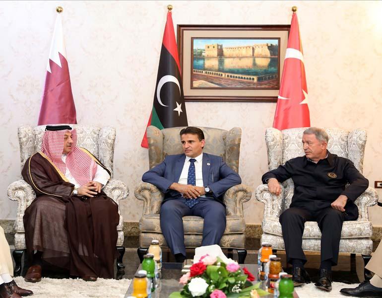 Министр обороны Турции Хулуси Акар, министр обороны Катара Халед бен Мухаммед аль-Аттыйя и заместитель министра обороны Ливии Саладин эн-Нимруш на переговорах в Триполи.