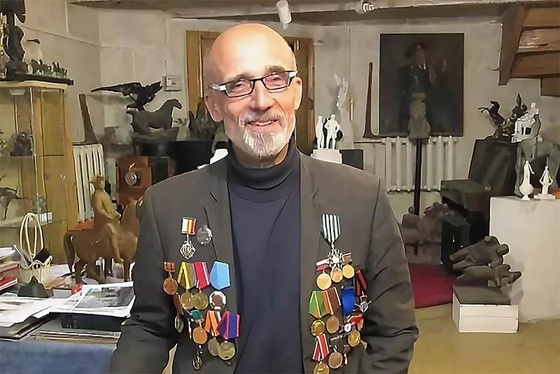 Владимир Александрович Суровцев в своей мастерской.
