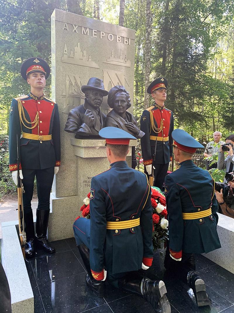 Скульптор Рим Акчурин запечатлел героя вместе с супругой Еленой.
