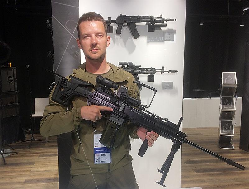 Специалист оружейного концерна «Калашников» Григорий Лысенко с новейшим пулемётом РПЛ-20.