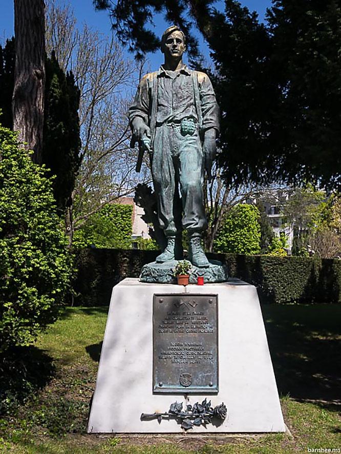 Памятник русским героям французского движения Сопротивления на парижском кладбище Пер-Лашез.