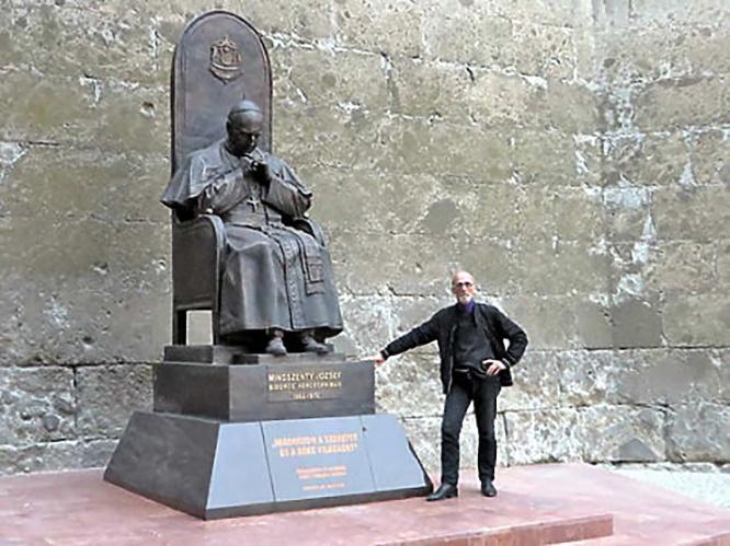 Владимир Суровцев у своего памятника кардиналу Йожефу Миндсенти в Эстергоме.