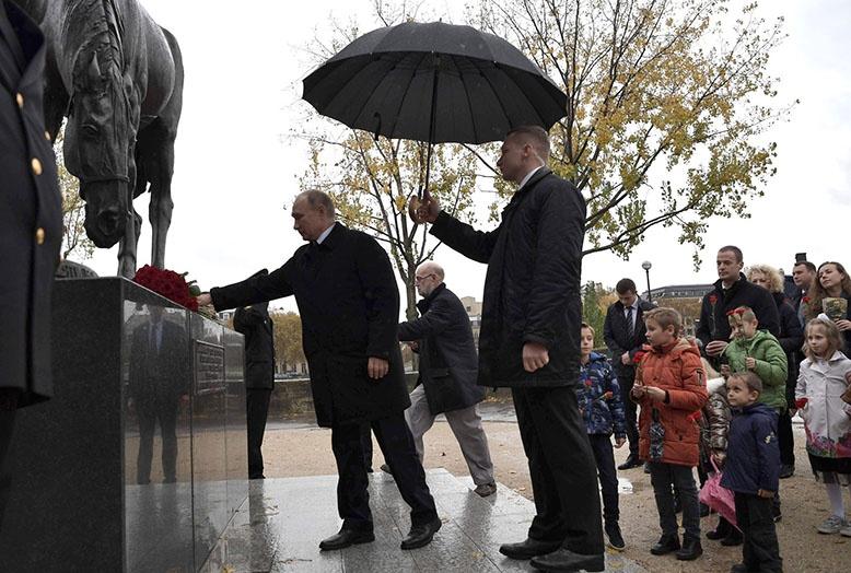 Владимир Путин во время торжеств по случаю 100-летия окончания Первой мировой войны возложил цветы к памятнику воинам Русского экспедиционного корпуса.