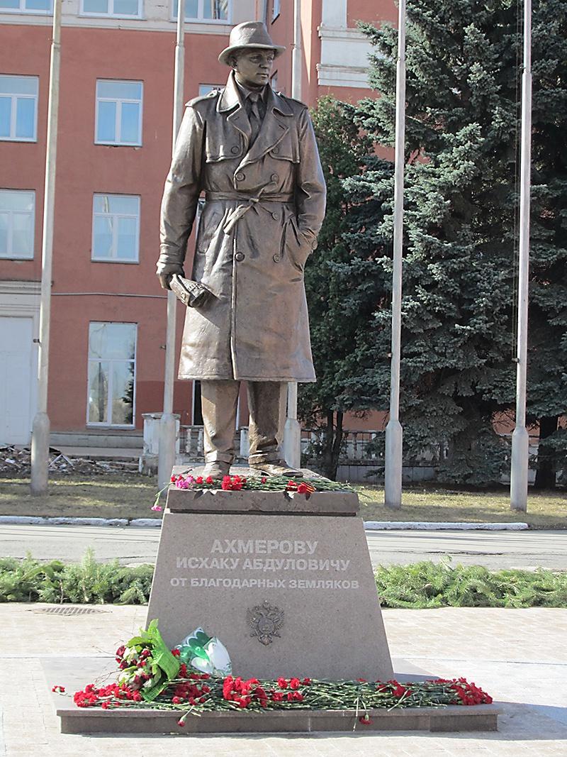 Памятник Исхаку Ахмерову на площади Разведчиков в Челябинске.