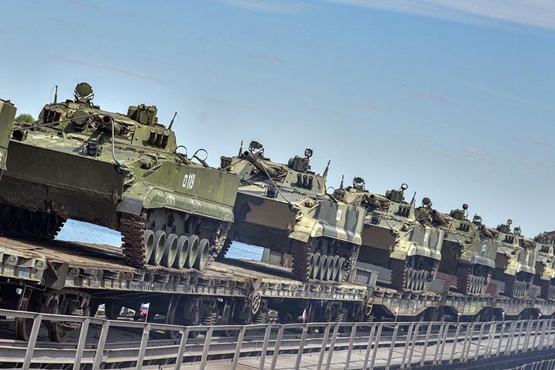 Переправа военной техники по наплавному мосту через Волгу.