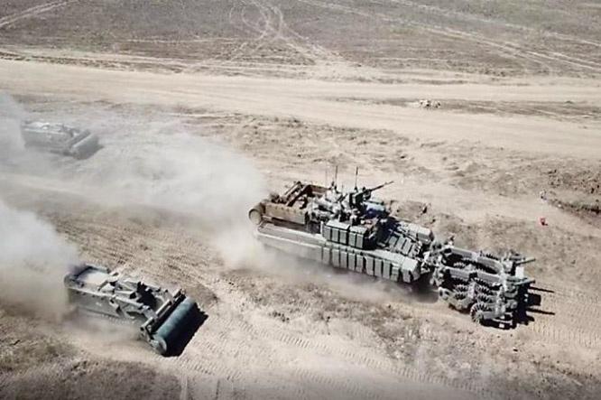 В Астраханской области на военных учениях впервые использовалась тактика массового применения роботов-сапёров и роботов-пожарных.