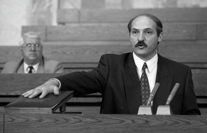 Первый президент Белоруссии Александр Лукашенко приносит присягу на заседании специальной сессии республиканского парламента.