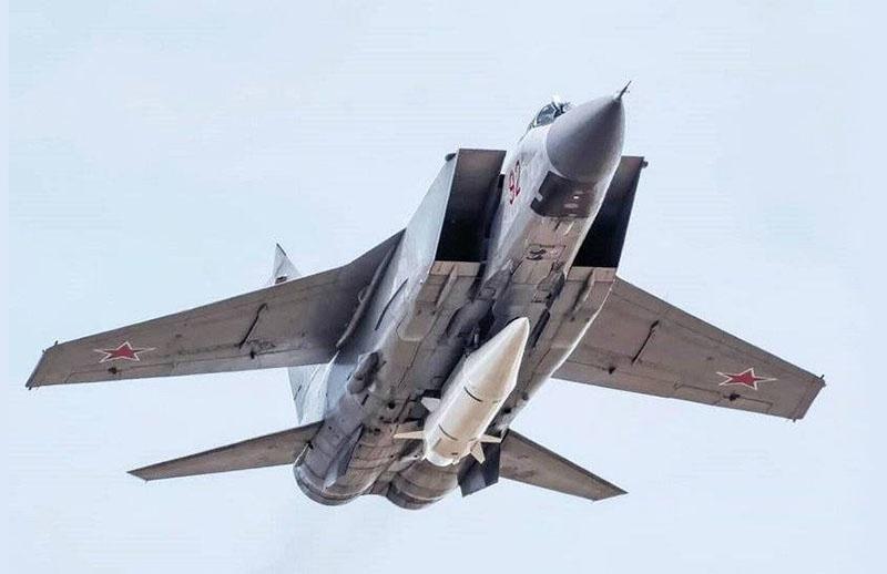 Истребитель МиГ-31К с гиперзвуковой ракетой «Кинжал».