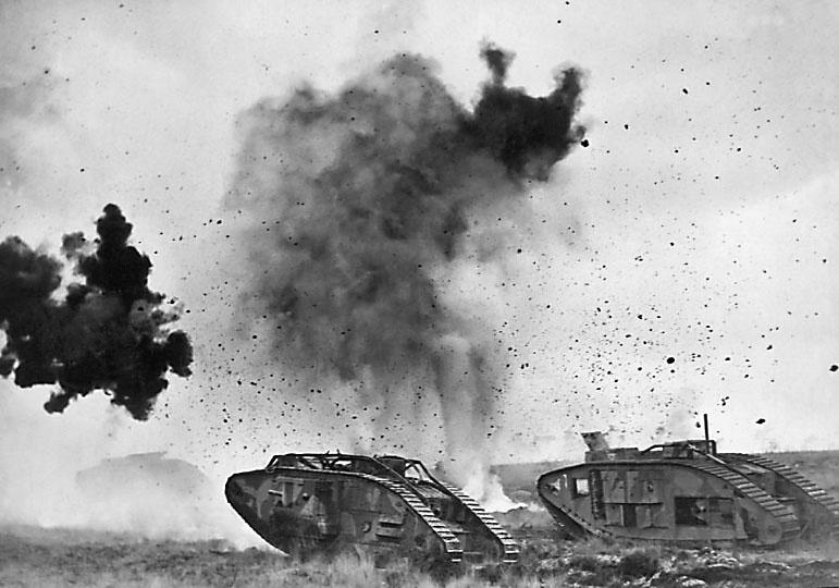 Британские танки атакуют.
