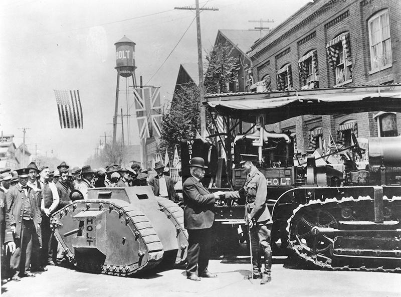 Данлоп Суинтон и Бенджамин Холт в Стоктон с гусеничным трактором Холт (справа) и моделью британского танка (слева). Калифорния, 22 апреля 1918 года