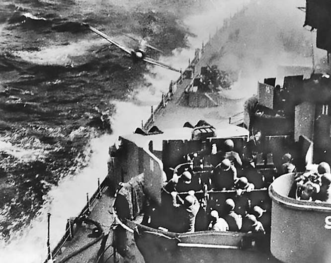 Японский самолёт-камикадзе атакует военный корабль США.