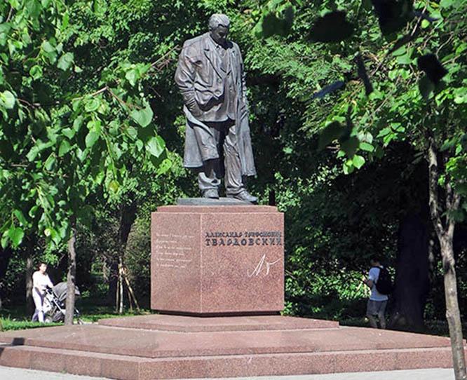 Памятник Твардовскому на Страстном бульваре.