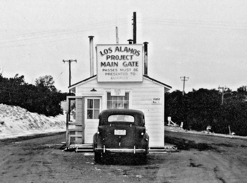 Въезд на территорию секретной лаборатории Лос-Аламос, где занимались разработкой атомной бомбы.