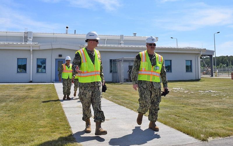 Капитан ВМС США Джо Грант (слева) - командир базы в Редзиково, к которому приехал в гости его коллега капитан Джек Ник - командир уже действующей аналогичной стартовой позиции ПРО США на румынской авиабазе Девеселу в Румынии.