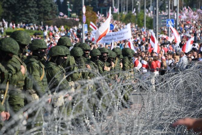 Противостояние правоохранительных органов и демонстрантов во время акции протеста оппозиции в Минске в августе 2020 г.